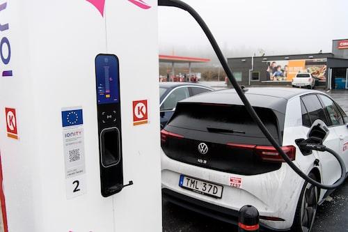ID.3 kan ta emot 100 kW, men bara när batteriets laddning är låg. Redan vid 30 procents laddning börjar effekten avta.