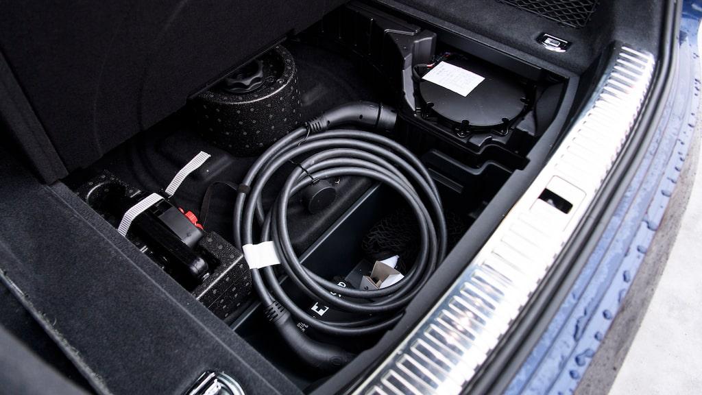 Ett litet utrymme finns under bagagerumsgolvet, men laddkablar förvaras helst under huven.