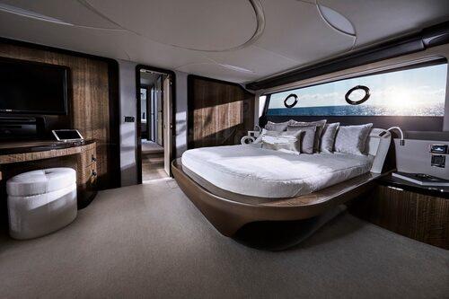 Ägarhytten ligger midskepps och sträcker sig över hela båtens bredd. Inklusive eget badrum.