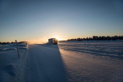 Scania-lastbil under vintertest