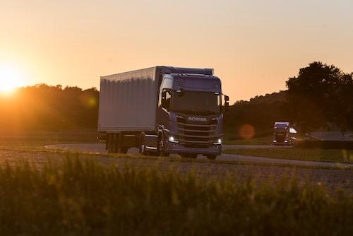 Scania R 500 4x2 tractor med tanktrailer och Scania S 730 4x2 tractor skåptrailer