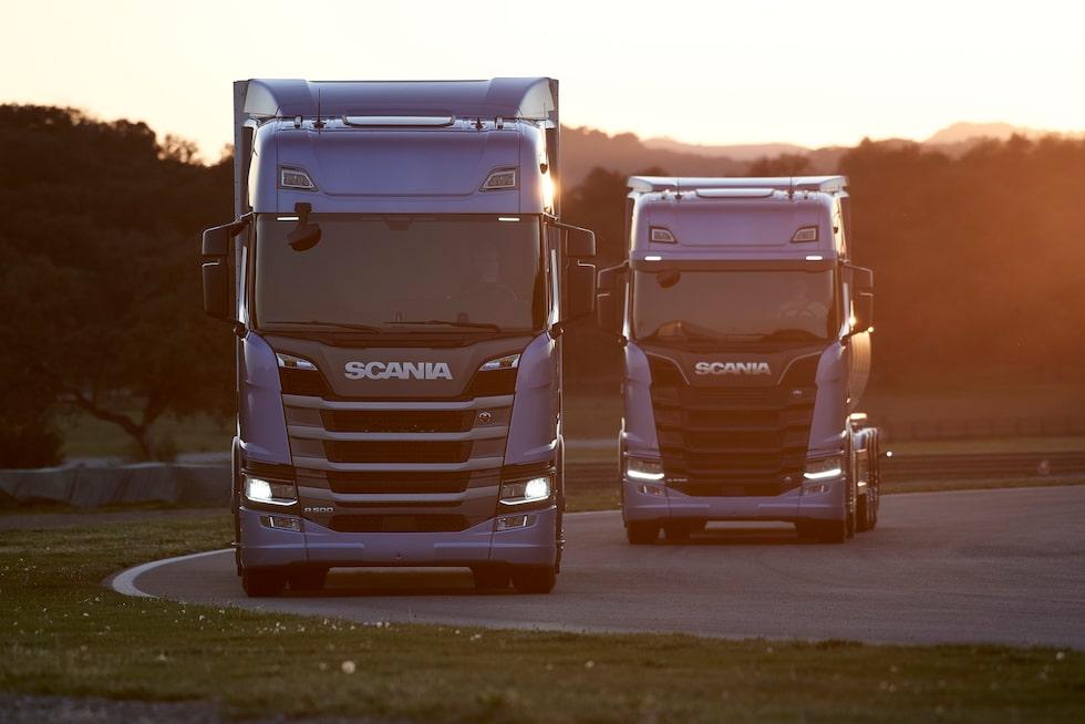 Scania R 500 4x2 tractor med skåptrailer och Scania S 730 4x2 tractor med tanktrailer