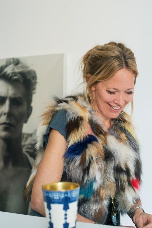 """Linda Perini i """"lyxväst"""" från Zadig & Voltaire, keramikmugg av Åsa Lindström."""