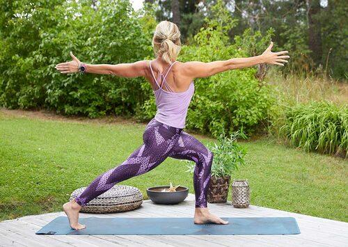 Benböj, även kallat lunge, med rotation mjukar upp ryggen och tränar din balans.