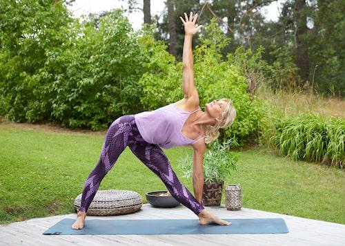 Yogaövningen Triangeln öppnar höft och stärker benen.