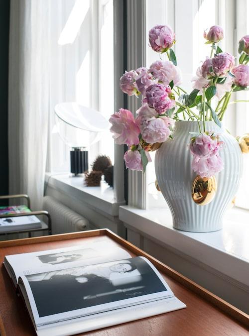 Vasen i fönstret är från Moooi.