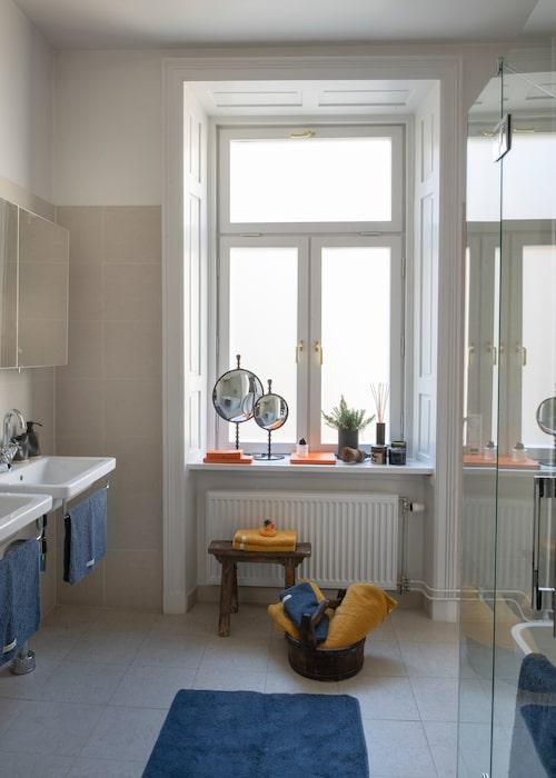 Föräldrarna har eget badrum med direkt ingång från sovrummet. Speglar, Posh living, bänk och balja, Annuzza