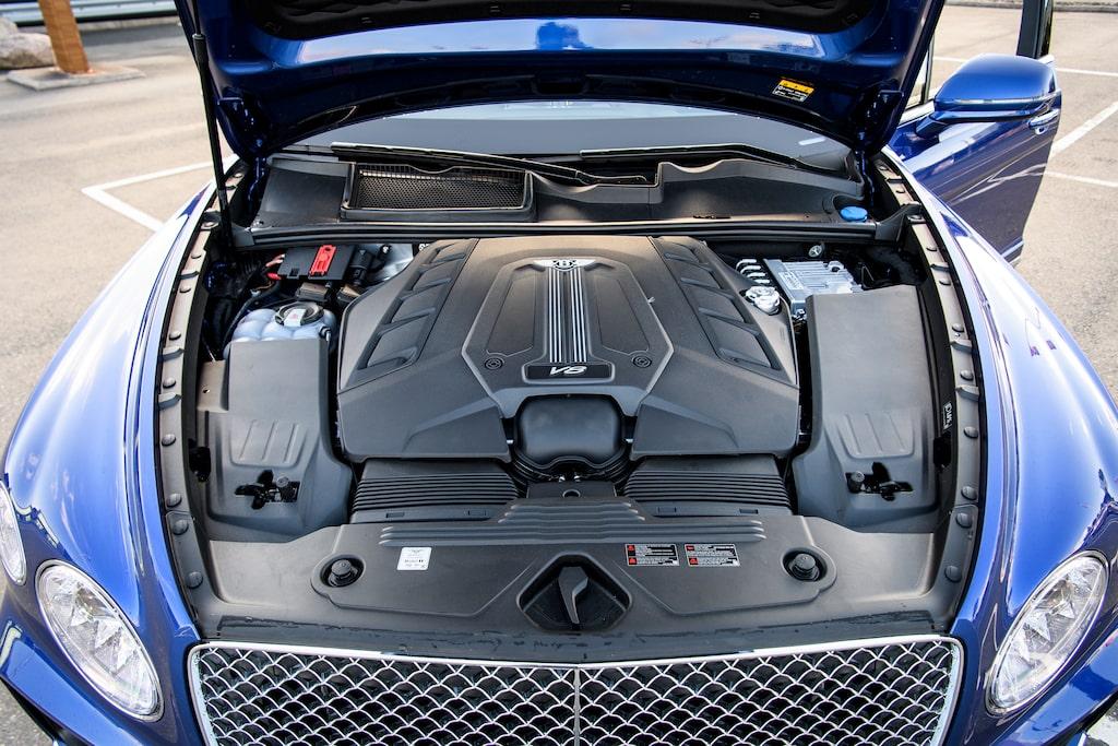 Under plastsjoket ruvar fyraliters V8-motor, dubbla twinscroll-turbo pumpar ut hela 550 hk.