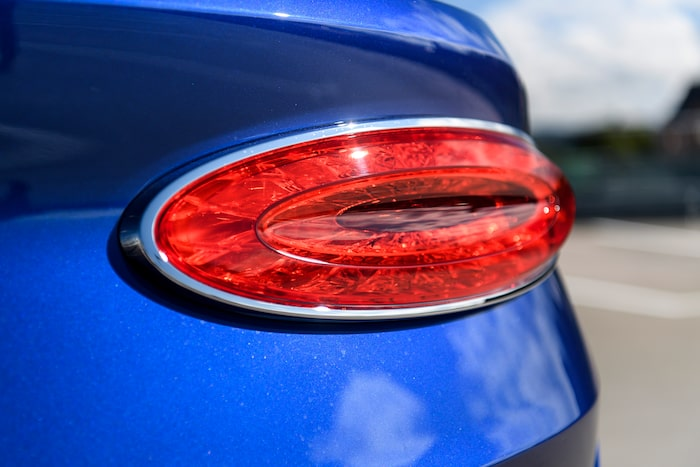 Lampdesignen bak har hämtat inspirationen från den mer linjeslanka Continental GT GTC.