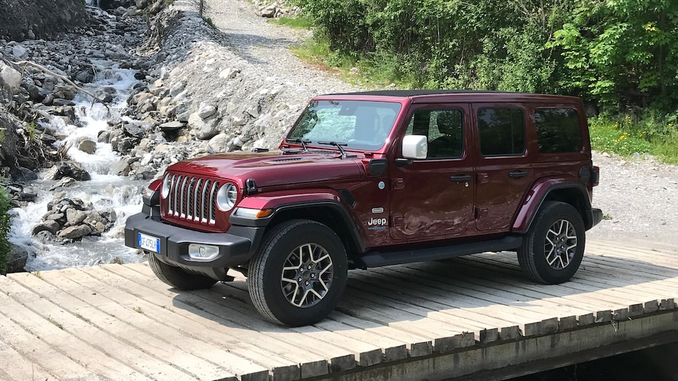 En tur upp i bergen visar hur bra Jeeps terrängegenskaper lirar med laddhybriddriften.