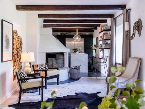 Planlösningen mellan köket och vardagsrummet har öppnats upp för att skapa rymd i husets sociala utrymmen. Inredningen variation av stilar balanseras med en neutral färgskala och naturliga material.