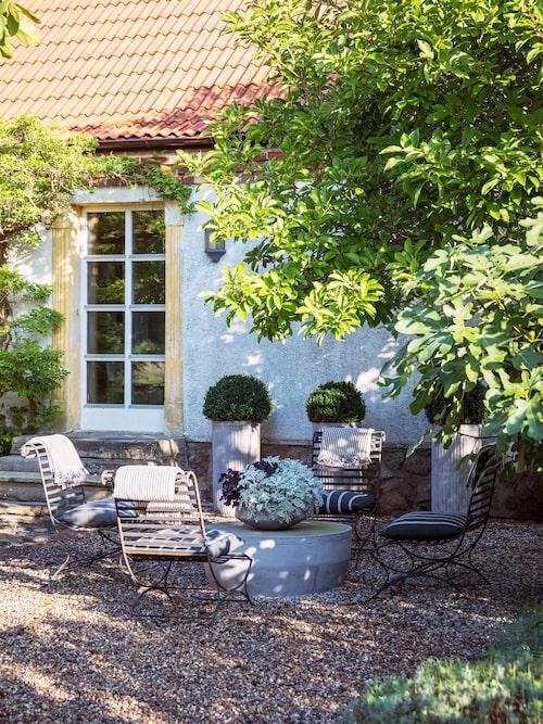 På väl valda platser i trädgården har Marta skapat oaser för dygnets olika timmar och ljusförhållanden. Bordet i betong heter Cosimo och kommer från RH medan de marockanska loungestolarna är inköpta på Karl Fredrik på Eklaholm.