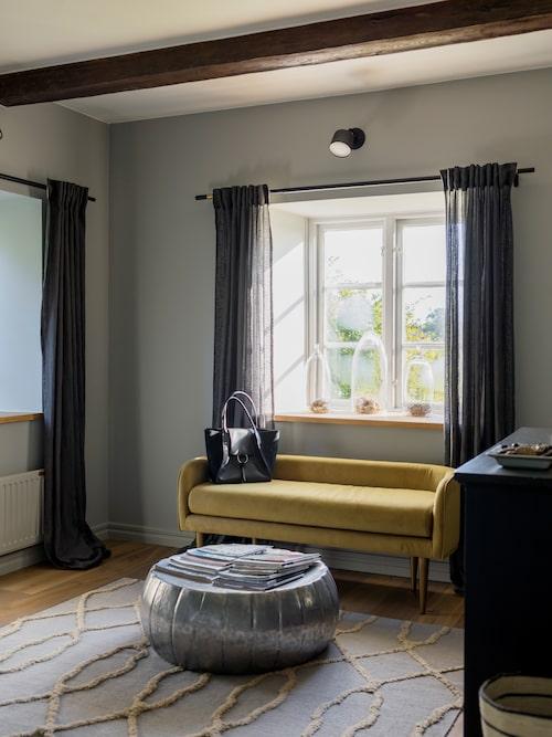 På den indiska mattan står en nätt soffa i guldockrafärgad sammet från West End. Under glaskupor i fönsterkarmen ligger övergivna fågelbon som Marta samlat från hem hon haft genom åren.
