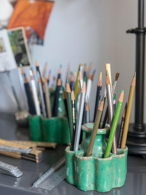 På skrivbordet förvaras skisspennorna i vackert patinerade penselställ köpta på en basar i Fez, Marocko.