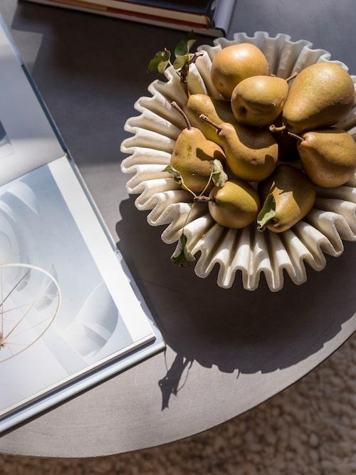 Päron från trädgården i en skål från Indien blir ett oslagbart vackert stilleben i morgonsolen.