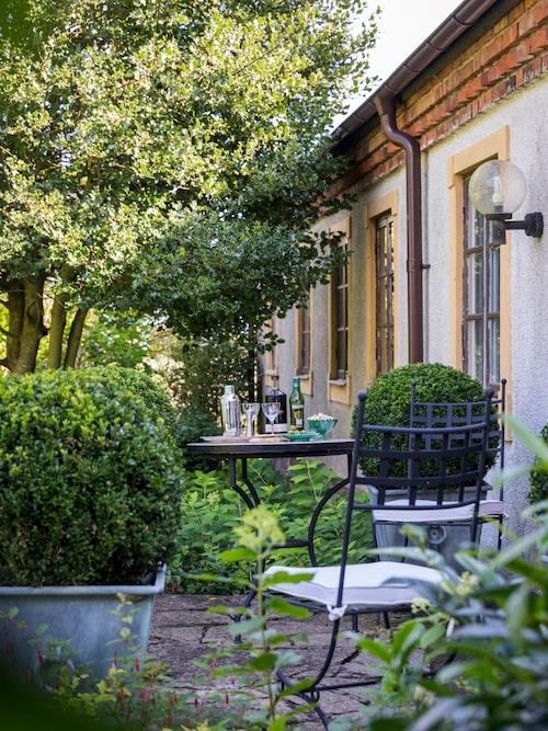 """""""Visionen jag har för trädgården har inte påbörjats, det har varit så mycket annat som har behövt prioriteras."""" Marta vill bygga vidare på den befintliga strukturen och skapa platser för odling, fruktträd och kryddträdgårdar såväl som skydd för gassande sol och vinande vindar. Alltid med målsättningen att resultatet ska se ut som om det alltid funnits där. Möblemanget på trädgårdssidans terrass är inköpta hos Martas granne Karl Fredrik på Eklaholm."""