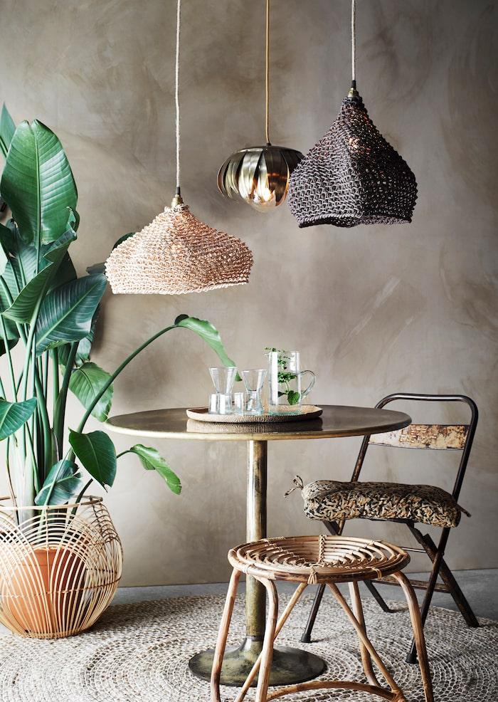 Sitthörna med bambupall, klappstol i metall, recyclad från indiska danspalats, rottingkorg, lampa av papperssnören, metallampa – allt från Madam Stoltz.