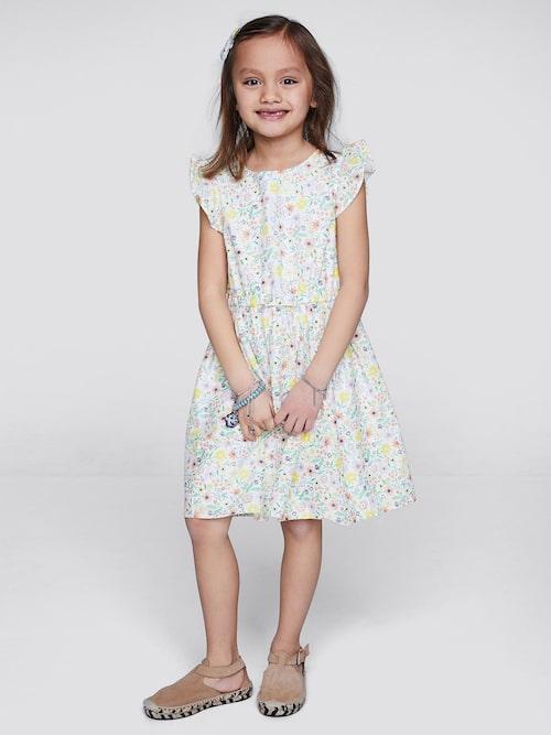 Klänning med fina detaljer för barnet.