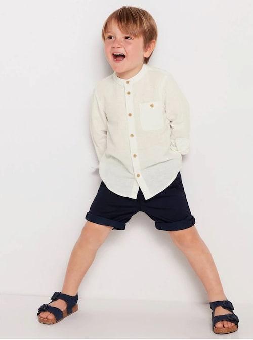 Stilren vit skjorta för barn.