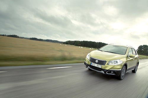De grå plattorna under och kring bilen är standardutrustning och bidrar till offroadkänslan. Snyggt!