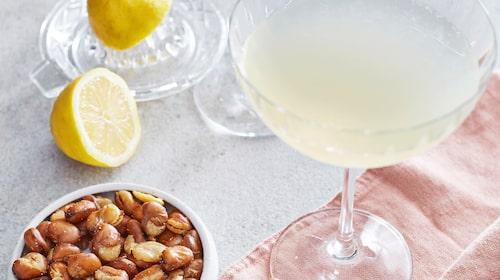 Citrondrink är en fräsch och god drink. Sicilian lemon tonic har en fräsch citronsmak som förstärks med lite färskpressad citron.
