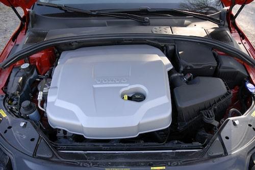 Under plastkåpan lurar en råstark och relativt bränslesnål dieselmotor från Ford.