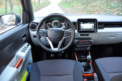 Interiören är modern och relagen sitter bra till. Bildskärmen påminner lite om Mercedes design.