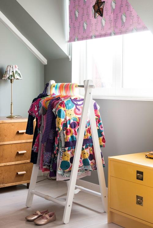 Klädhängarna i flickornas rum kommer från Mio.