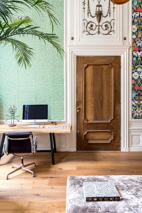 Skrivbordet på kontoret har Rick Vintage designat, skrivbordsstol, Charles & Ray Eames. Tapeten heter Labyrinth, Studio Job för NLXL.