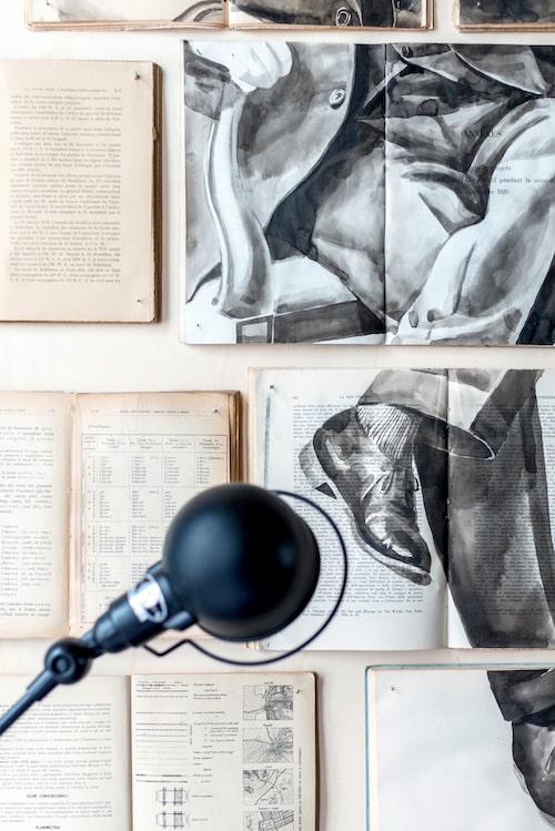 Inzoomat på den magnifika tavlan ovanför sängen. Konstverket är gjort i läcker trompe-l'œil-teknik där en akvarellmålning av en sittande person framträder över gamla böcker och luntor. Konstnären heter Ekaterina Panikanova.