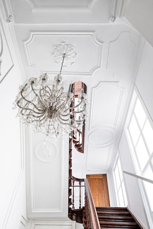 Huset som hyser Rick Vintages våning är daterat till 1750. I entréhallen syns spår från senbarocken. Böljande former, takrosetter och imposant höjd.