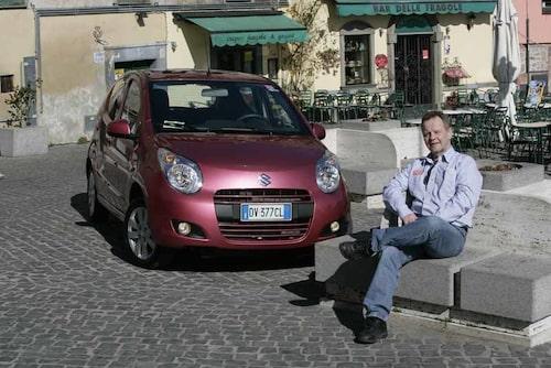 PeO Kjellström på ett fint italiensk litet torg. Han har sällskap av Suzukis allra nyaste minibil – Alto.