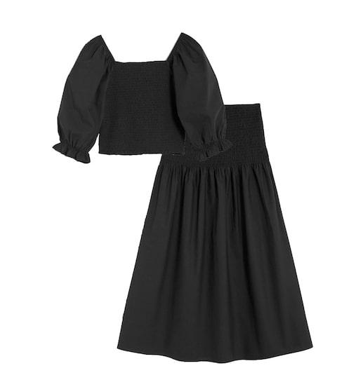 Matchande svart set med smockad blus och kjol.