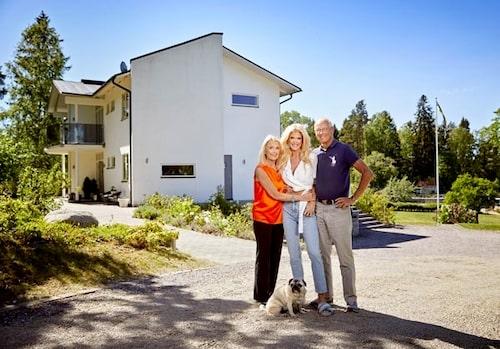 Victoria Silvstedt med mamma Ulla, mopsen Felix och pappa Bo utanför familjens skärgårdsvilla.