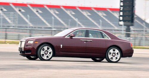 """Aktuella Rolls-Royce Ghost Series IIär milt förändrad jämfört med urmodellen men """"tas"""" på nya strålkastare, fälgdesign och striktare pressveck."""