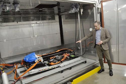 Magnus Johansson ansvarar för det nya batterilabbet. Här testas enstaka enheter upp till fulla kompletta drivlinor i slutna kamrar.