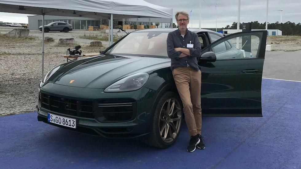 Jan-Erik Berggren laddar, efter landsvägskörning, för bankörning med Porsche Cayenne Turbo GT på Gotland Ring.