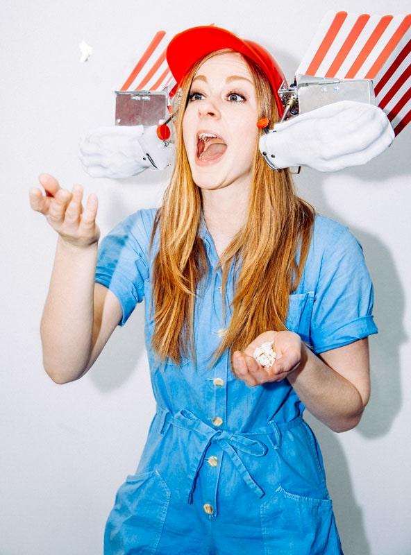 Simone Giertz med sin hemmabyggda popcornmaskin. Foto: Alba Giertz.