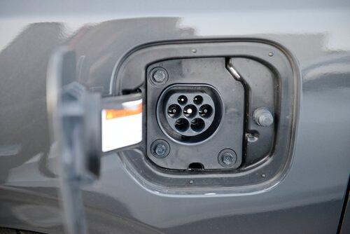 Elen fyller du på genom Typ 2-uttaget på vänster framskärm. Räckvidd 50 km enligt WLTP-körcykeln.