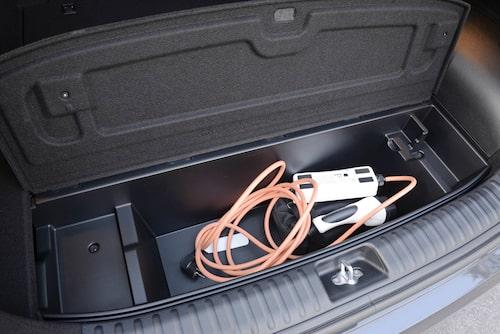 Facket där bak under lastgolvet har blivit mindre på grund av batteriet. Där kan sladdar förvaras.