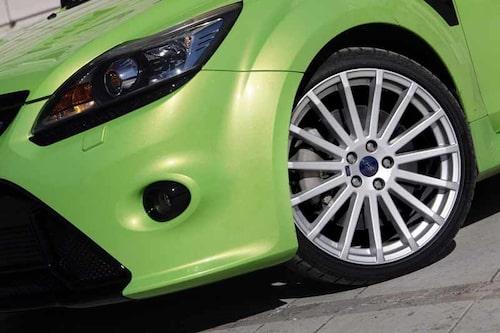 De rejäla bromsarna innanför 19-tumshjulen är samma som på Volvo XC90.