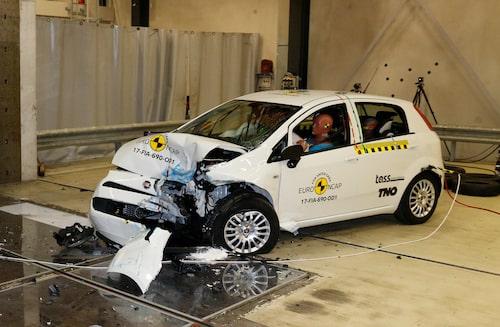 För första gången i Euro NCAP:s historia har en bil fått betyget noll stjärnor. Men så handlar det också om en väldigt gammal bil, Fiat Punto av nuvarande generation är nämligen 13 år gammal.