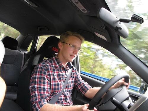Teknikens Världs Erik Gustafsson är van förare från Afrikas stäpper och öknar. Här får han prova på hur det är att ratta nya STI Racing Sedan på bana i Finland. Kontraster.