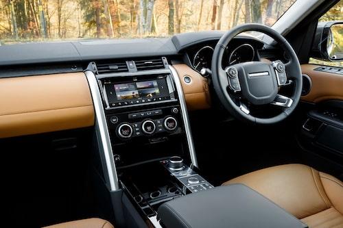 Inte helt olikt interiören i Range Rover. Prydlighet och många valmöjigheter, inte minst när Terrain Response 2 har valts till.