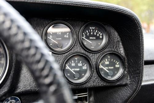 De små mätarna till höger om ratten ger all information som behövs om motorns driftstatus.