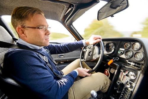 Linus med en typisk Mercedes-ratt i händerna. Radio och fungerande AC!