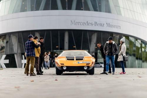 För ett ögonblick får fotograf Lindgren fri skottvinkel utanför Mercedes museum. Mulligt!
