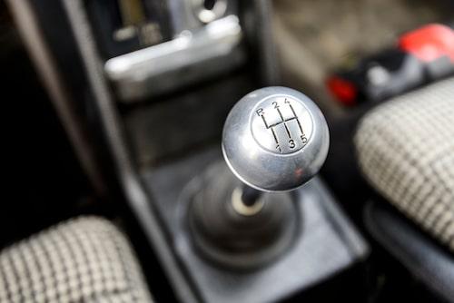 Härlig känsla i spaken som är bättre än många andra mittmotorbilars från tiden.