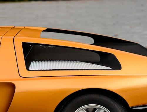 Hålrummet i motorluckan ger fin-fin runtom-sikt. Produktionsanpassning?