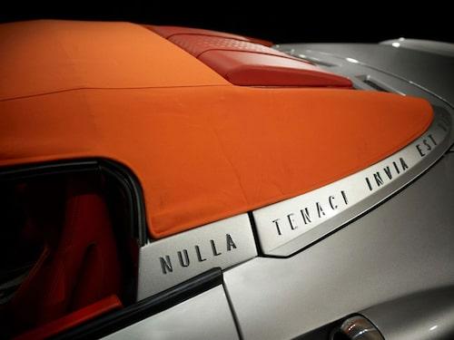 """Varje sportbilstillverkare med självaktning har förstås ett eget företagsmotto och i Spykers fall lyder det """"Nulla Tenaci Invia Est Via"""". (För de envisa är inga vägar oframkomliga.)"""
